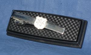 Slipshållare med ÖIS logo i silverfärg