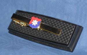 Slipshållare med ÖIS logo i färg på gul metall
