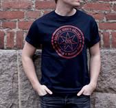 T-shirt marinblå med röd stämpel på bröstet