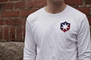 Vit långärmad t-shirt med gamla ÖIS-loggon